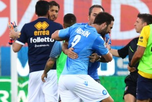 The quarrell between Parma's goalkeeper Francesco Mirante and Napoli's forward Gonzalo Higuain at the end of during the Italian Serie A soccer match between Parma FC and SSC Napoli at Ennio Tardini Stadium in Parma, 10 May 2015. ANSA/CAMPANINI