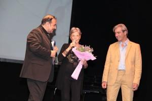 Liliana De Curtis sul palco del Sannazzaro con il presidente di Parole e Musica Ciro Lucioli
