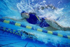 salute e benessere donna che nuota